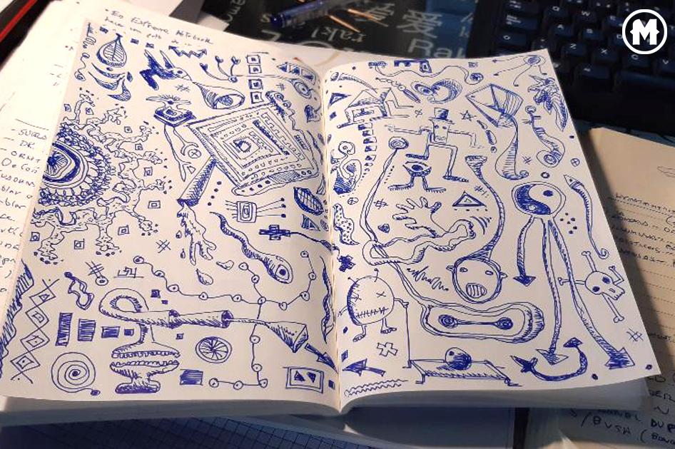 Foto de un cuaderno lleno de garabatos