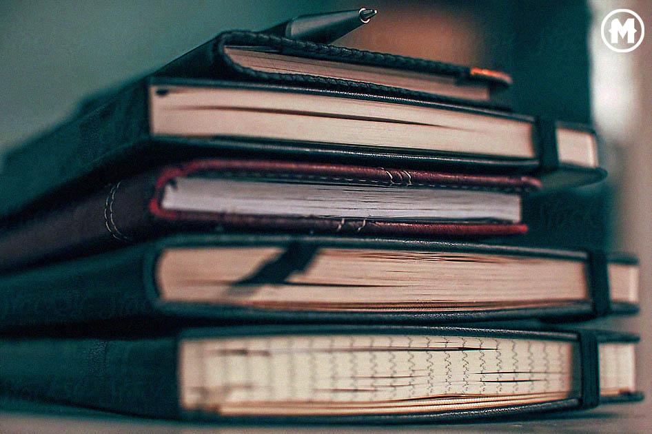imagen de una pila de cuadernos